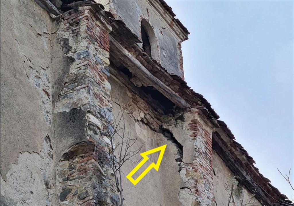 Schaden am Stuetzpfeiler der Kirchenburg von Dobring in Siebenbuergen