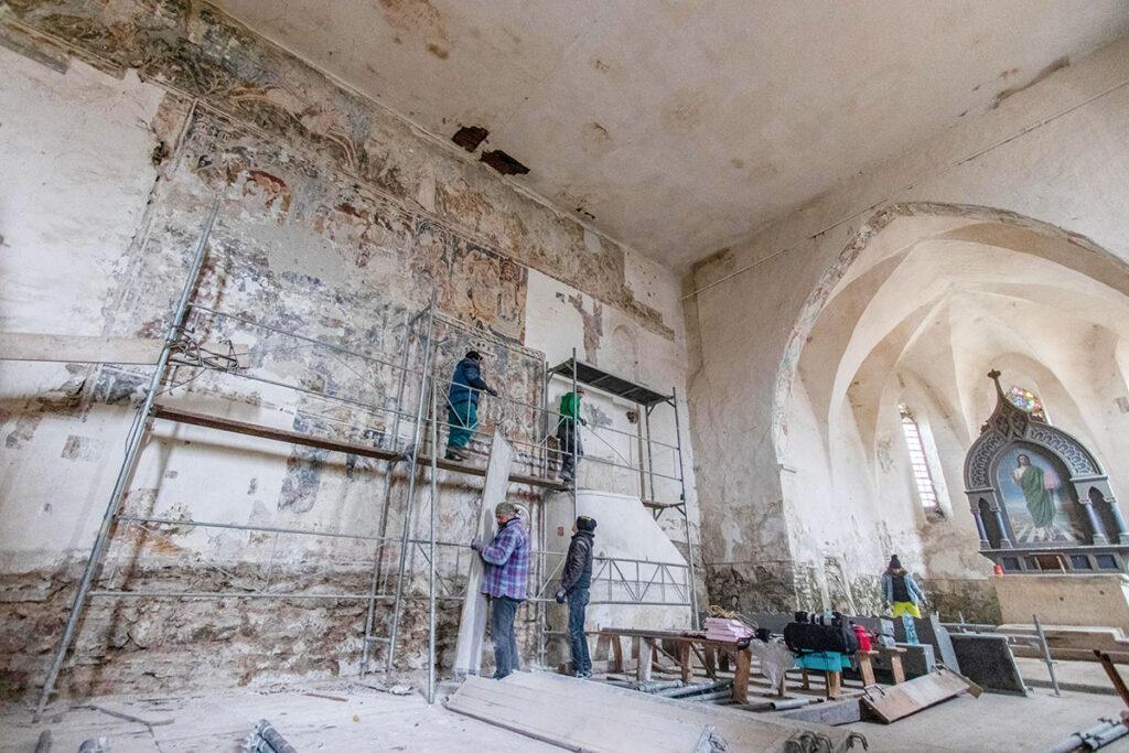 Innenansicht der Kirche in Schmiegen mit Wandmalereien und Altar